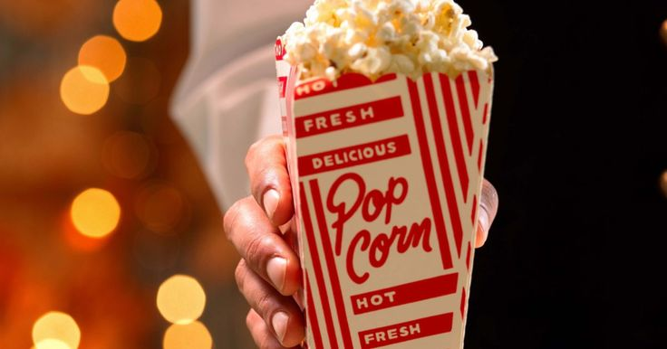 Cómo hacer palomitas de maíz con sabor a mantequilla como en las salas de cine. Las salas de cine atraen a sus invitados a la cafetería antes de la función por el aroma de las palomitas de maíz de mantequilla. Sin embargo, si has intentado replicar este sabor en casa, tal vez te hayas llevado una decepción. Muchas razones, tales como usar ingredientes o herramientas equivocadas están detrás de esto, pero los errores se pueden ...