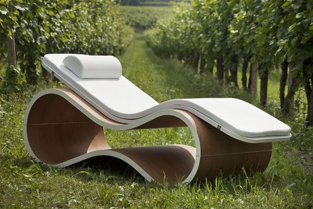 White Mamba Chaise Longue. Cushions are made with Celliant: a special filling made from the combination between polyester and minerals, which helps the regulation of body temperature and increases the body oxygenation. Carmenta