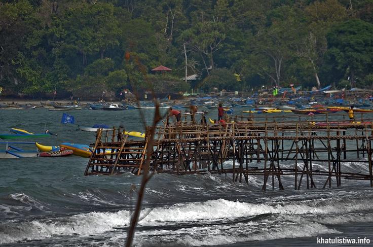 jembatan yg dibangun dari bambu di pantai #pangandaran sbg penghubung para pelancong dgn berbagai macam aktifitas #watersport