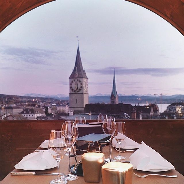 This has got to be the table with the most beautiful view for raclette in #Zürich. 😻 We simply am never tired of this sensational view of Zurich. And last night sunset was simply unbelievable, looking over our lake and the #swissalps.  Last night we made our way up to the penthouse suite at @widderhotel for an amazing evening of raclette & heavenly @krugchampagne dinner. This raclette & champagne cabin is available from 2 November till 21 December, is only exclusive for groups of 2, 4 or 6…