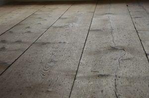 I pavimenti in legno possono far apparire la stanza più lunga se le assi o il parquet vengono messi in lungo. Se messe in largo, infatti, le assi mettono in risalto la larghezza della stanza. Se una stanza è troppo lunga, mettendo le assi in largo la stanza avrà un aspetto più proporzionato.