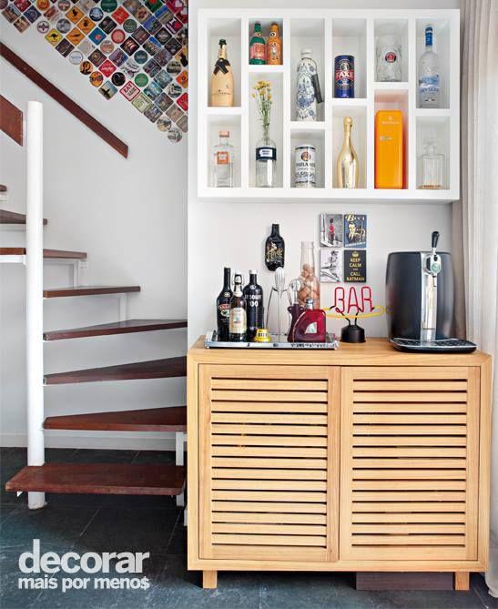 Os porta-copos fazem parte da sua história? Você pode usá-los para decorar a área do bar de sua casa, preenchendo o espaço e dando mais personalidade ao ambiente. #DecorarMaisPorMenos Fotos: MCA Estudio. — com Beronica Rodriguez de la Rosa.