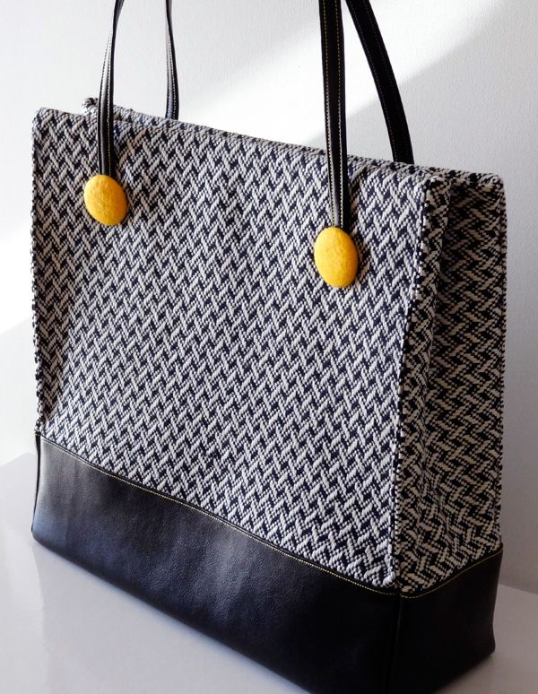 Follow this tutorial to create a fabulous fall handbag. (From www.twinkleandtwine.com)- I have the perfect material for this bag!