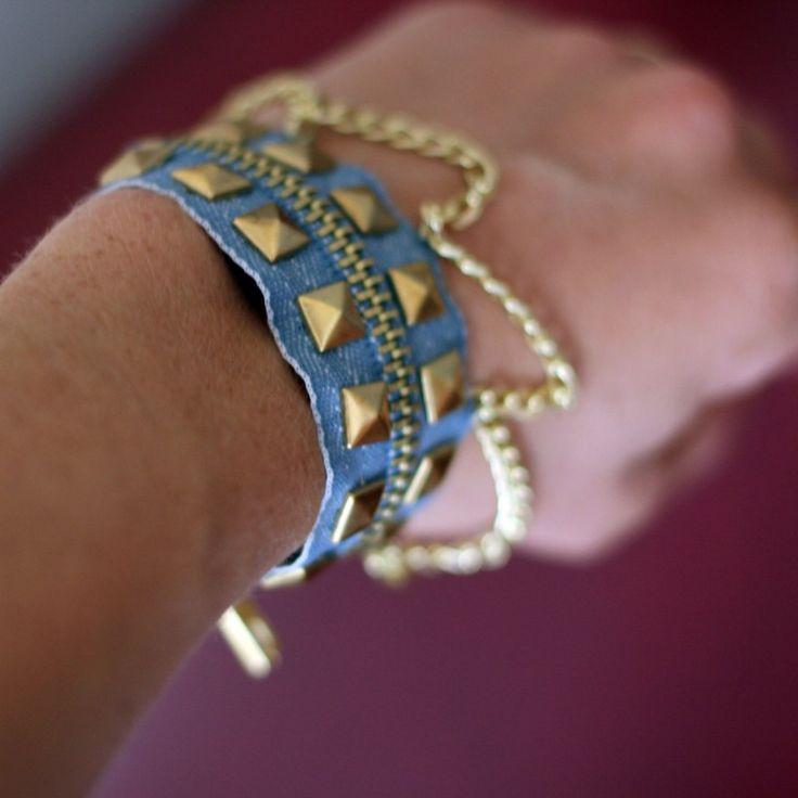 bracelet en jean avec carré et clous doré et chaine
