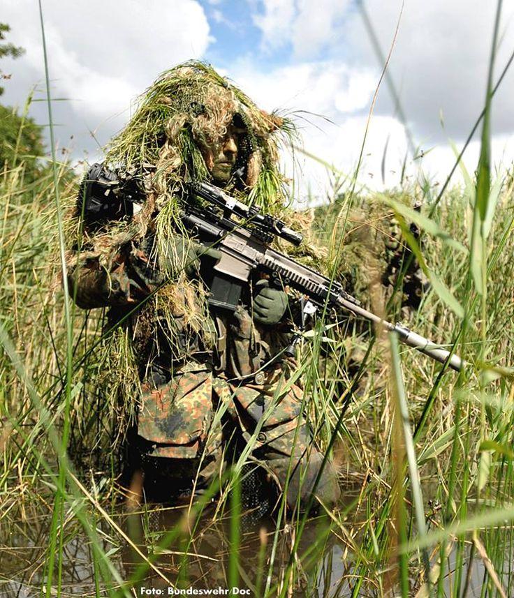 """,Das Bundesministerium der Verteidigung beschafft als """"Zwischenlösung G36"""" 600 Sturmgewehre G27 (im Bild ein G27 von schwarz auf sandfarben umgetarnt beim SEK-M) und 600 Maschinengewehre MG4"""