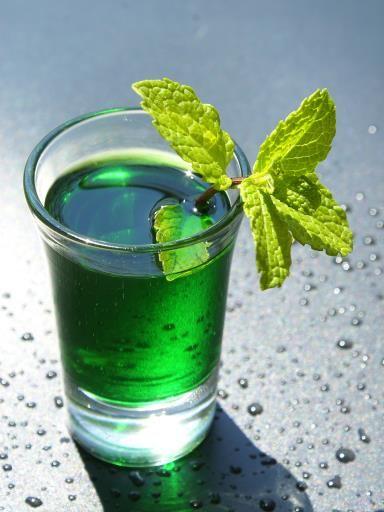 Liqueur de menthe Ingrédients (pour 1 litre) : - 250 g de feuilles de menthe poivrée (fraîches) - 1 litre d'alcool pour fruits à 40°C - 1 kg de sucre en morceaux - 50 cl d'eau - 1 cuillerée à soupe de sirop de menthe