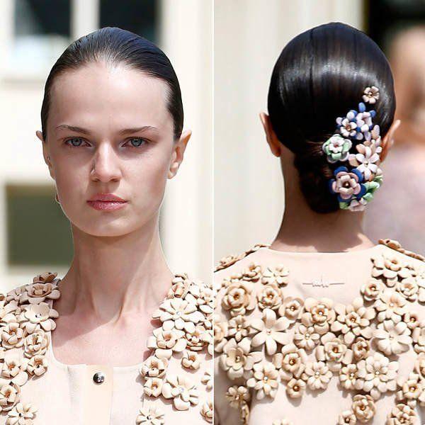Die Latte in Sachen Haar-Accessoires 2016 ziemlich hoch gelegt hat Designerin Marina Hoermanseder: Bei der Berlin Fashion Feek Fall/Winter 2015/2016 schickte sie die Models mit diesen wunderbaren Lederblüten über den Runway!