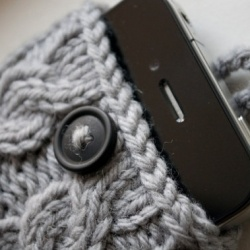 This handmade cable knit iphone case is the perfect fall/winter accessory for your cell phone.
