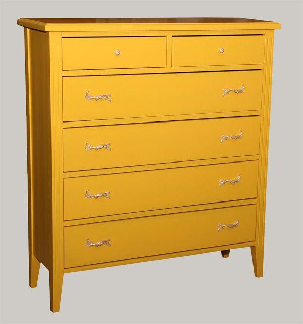Auringonkeltainen piironki on pintakäsitelty Osmo Color puuvahalla. Näyttävät vetimet tekevät hienon loppusilauksen lipastolle. Katso JUVIn kaikki piirongit: http://www.juvi.fi/piirongit.html