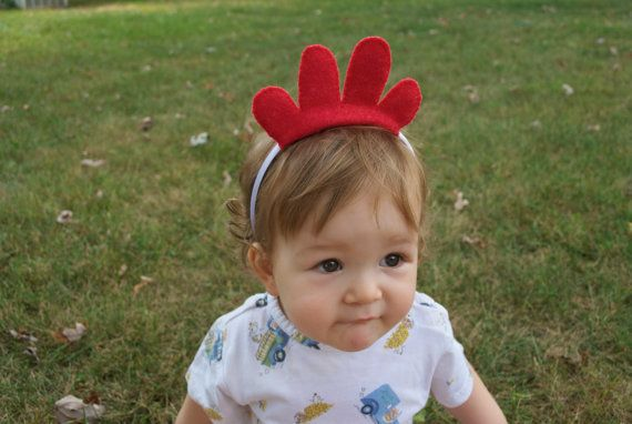Rotes Huhn Kostüm Stirnband. Klassisch-einfachen Stil. Fügen Sie zu einem weißen T-shirt für eine sofortige Huhn Kostüm!  Eine weiche satin Haarband mit handgenähten Wolle Filz Huhn Kopf. 4 Schichten aus Wollfilz für zusätzliche Plüsch fühlen. Alle Hand-Stich, Nr. Kleber! Kein Handwerk speichern Filz oder Acryl.  Einheitsgröße. Alter 1 bis Erwachsene. Die Ohren rutschen das Stirnband und können nach Bedarf neu positioniert werden.  Ideal für eine Verkleidung Kasten, Geburtstag, Fancy Dress…