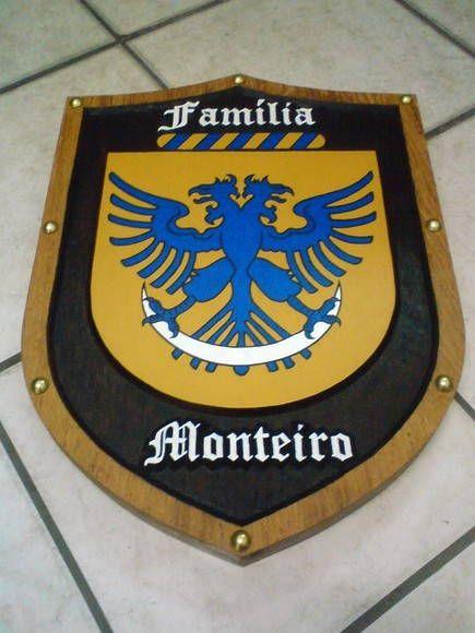 Madeira: Angelim Pedra <br>Tamanho 45 altura x 40 largura x 3,5cm espessura <br>Entalhada e pintada à mão