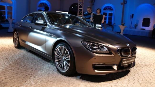 BMW nadrabia zaległości i wprowadza do sprzedaży pierwsze w swojej historii tzw. czterodrzwiowe coupe, czyli sedana w sportowym stylu. Jest nim seria 6 Gran Coupe, która ma stawić czoła takim autom, jak: Porsche Panamera, Mercedes CLS czy Audi A7 Sportback. Właśnie odbyła się polska premiera nowego modelu