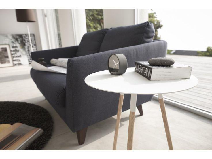 Elegantní odkladný stolek YAMAZAKI Tosca. Elegantní odkladný stolek s deskou z lakovaného kovu a bukovými nožkami.