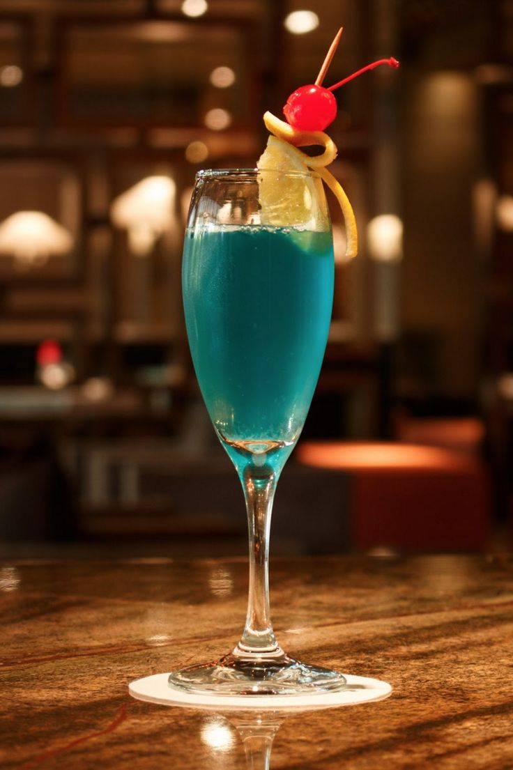 Papagayo Cocktail recipe: Mezcal joven 1oz, Jugo fresco de 1/2 limón, 1/2 oz de licor de naranja, 1/2 oz de Curaccao azul, Vino espumoso hasta llenar el vaso  (Querétaro )   #SenLín #GrandVelas #GVRivieraMaya #VelasResorts