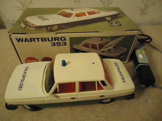 Dieses Polizei-Auto mit Kabelfernbedienung war schon großartig … | 31 Spielzeuge, an die sich wirklich nur Ostkinder erinnern können