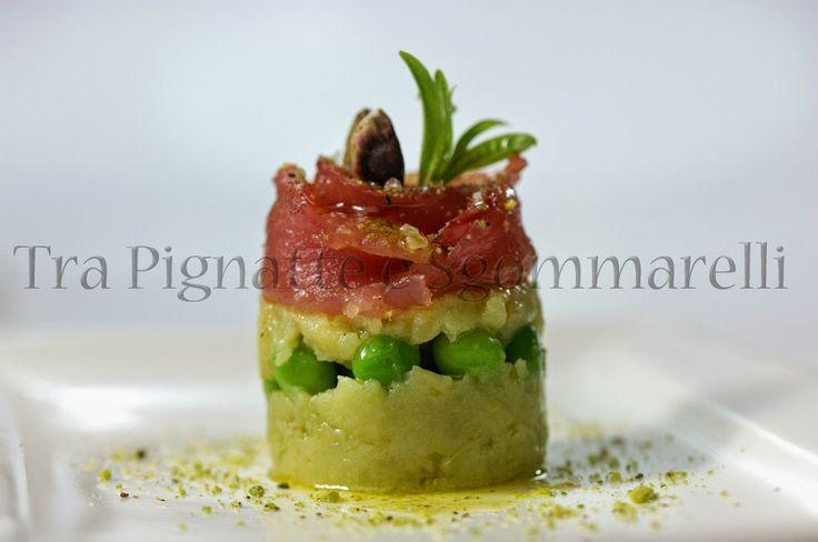 Bocciolo di palamita, con patata schiacciata all'olio e basilico, piselli croccanti e polvere di pistacchi