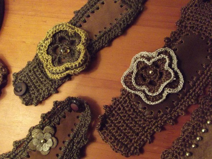 Pulseras tejidas a crocet en medio punto, con centro de gamuza y aplicaciones de flores pueden ser tejidas ó en gamuza otro tono para que destaque