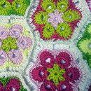 Sofakissen mit zwei kräftigen Farbseiten. die Eine besticht durch wunderschöne Blüten, die andere ist in beige und Grüntönen abgestuft  ich habe ein Daunenkissen umhäkelt und sowohl Kissen als...