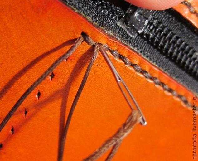 Седельный шов является практически самым крепким швом, используемым для прошива кожи. Называется 'седельный', потому что этим швом прошивают лошадиные седла и сбрую, для которых крепкий и надежный шов это часто жизненно важный вопрос. Я взяла картинку из книги чтобы показать разницу между машинным швом и седельным. При прошиве машинкой верхняя и нижняя нитка переплетаются внутри кожи и возвращаются каждая на свою сторону. Есл…
