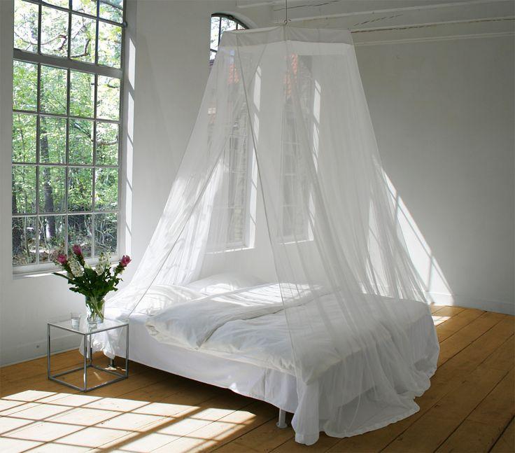 Deze grote ronde klamboe met een vlakke bovenkant heeft een omtrek van 1400 cm en hoogte van 265 cm. Hij wordt opgehangen aan één punt boven het bed. Door zijn grote omvang gaat deze klamboe ook nog om nachtkastjes naast het bed, zo U wenst. Ook is hij groot genoeg om eventueel achter een mogelijk schot aan achterzijde van het bed te hangen. Men kan de klamboe ietsje meer naar het hoofdeinde van het bed bevestigen opdat daar nog wat meer ruimte onder de klamboe ontstaat. De klamboe is…