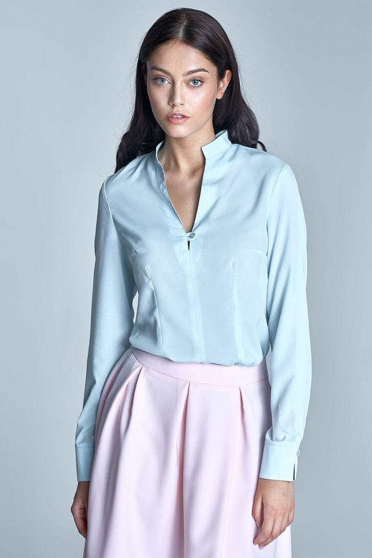 Elegancka bluzka koszulowa z długimi rękawami zakończonymi szerokimi mankietami. Delikatna, mocno taliowana. Dekolt w kształcie litery V wykończony subtelnym guziczkiem. Dostępna w sześciu modnych kolorach. Świetnie sprawdzi się na co dzień w pracy oraz w kreacjach na wyjścia okolicznościowe. Niezastąpiona gdy musisz włożyć coś eleganckiego.