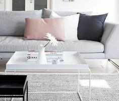 excellente idee deco salon gris et blanc avec une petite touche de rose, tapis et canapé gris, table à café blanche