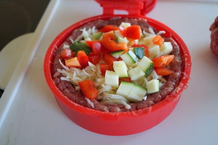 Burger med Stufz. Læs her hvordan du kan lave fyldte bøffer med Stufz. Kom fx fyld af ost, squash og peberfrugt i, for at få en lækker og anderledes burger.