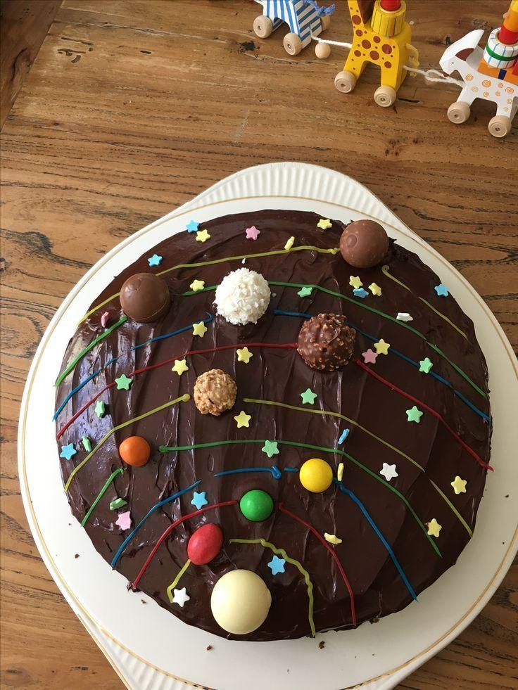 Perfekter, einfacher Kuchen für die Weltraum-Party