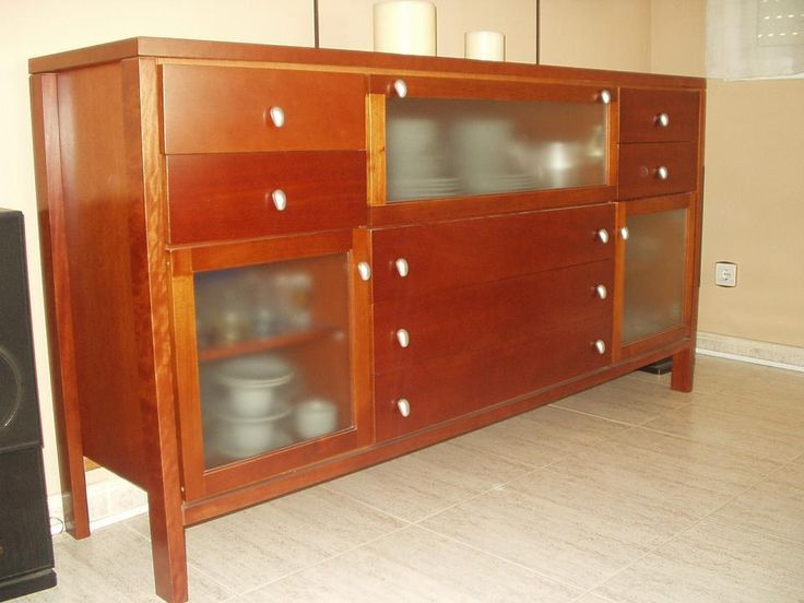Bufet de madera de cedro y vidrio con puertas y cajones for Comedores redondos de madera