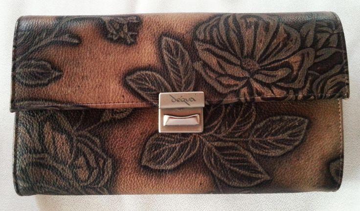 Geldbeutel  im Service-Stil und im Tatoo-Design (in Brauntönen) - so jedenfalls wirkt diese Oberfläche. angefasst hat das Leder eine Rauhlederhaptik. Mein Favorit!