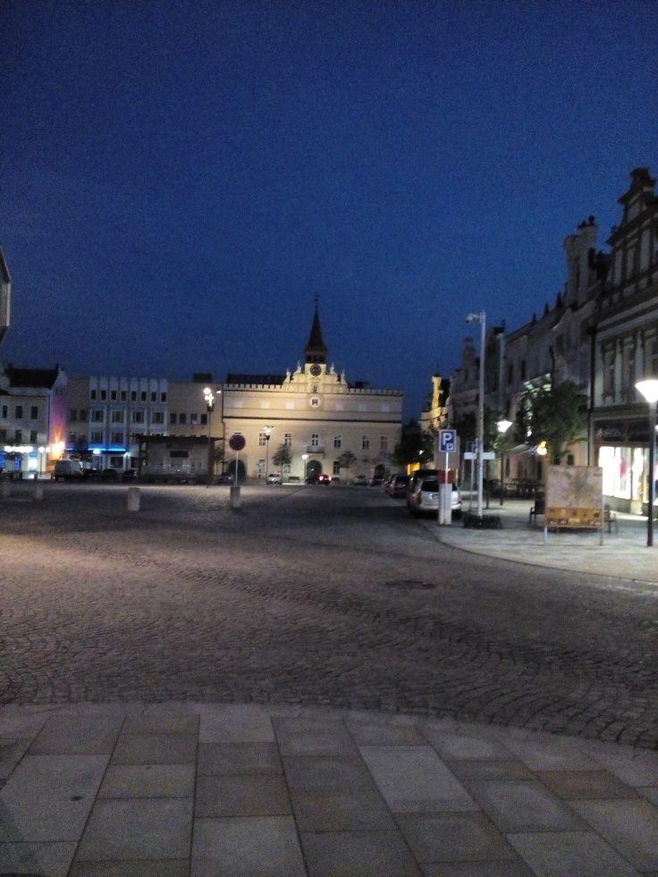Vecerni pohled na namesti v Havlíčkově Brode,stará radnice se známým kostlivcem