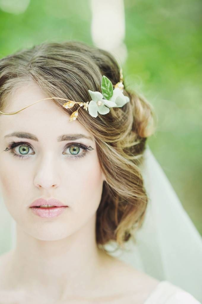 Een prachtige handgemaakte kroon voor een romantische bohemian look. De kroon sluit aan de zijkant met 2 krullen die in elkaar haken. De bloemen zijn gemaakt va