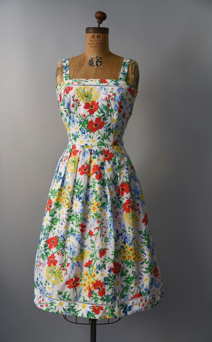 Prachtige en zomer perfect jaren 1970 Lanz originelen kleurrijke bloemen zon jurk met een array van bloemen zoals rode papavers en gele venkel, gesmoord taille, halve volledige geplooide rok, cutwork trim bovenlijfje en zoom, dikke schouderbanden en verborgen terug rits. Bekleed.  voorwaarde: uitstekend, vers schoongemaakte en klaar om te dragen Label: Lanz originelen materiaal: katoen  ---✄---Metingen---✄--- Bust: 34-35 in Taille: 27-28 in schouder aan taille: 16.5 in lengte: 43 passen…