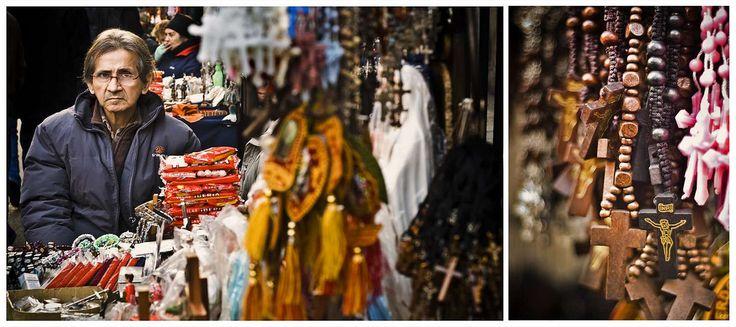"""Vendedor de artigos religiosos na Igreja Santo Domingo. Rua  Santo Domingo - 21 de Maio, Santiago, Chile. Primeira parte da série documental """"Trabalhando em Santiago"""".  Fotografia: Oscar Ordenes Rivera no Flickr."""
