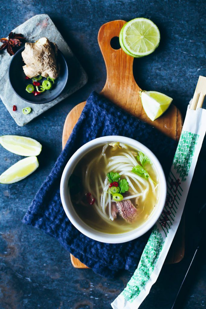 Rezept für Pho Bo Suppe – eine leckere einfache vietnamesische Rinderbrühe mit Reisnudeln