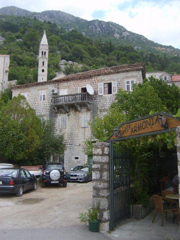 Evler, kafeler, her yer taş ve çok etkileyici... Daha fazla bilgi ve fotoğraf için; http://www.geziyorum.net/karadag-montenegro-gezisi-perast/