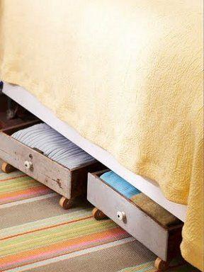 Reciclar cajones También podemos aprovechar unos cajones en desuso para emplearlos como espacios de almacenaje para debajo de la cama. Solo tendremos que ponerles unas ruedas y listo.