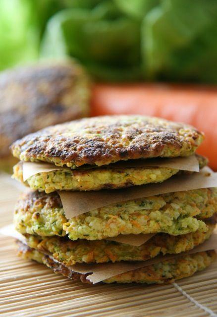 A zöldséges kölespogácsa salátához, vagy főzelékekhez egyaránt jó választás, de szép színei miatt a gyerekek kedvence is lehet. A recept gluténmentes és laktózmentes is.