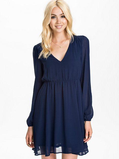 Flirty V - Neck Dress - Nly Trend - Midnight Blue - Sukienki Wieczorowe - Odziez - Kobieta - Nelly.com