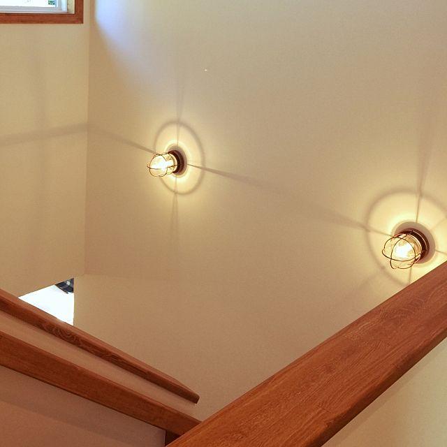 の吹き抜け階段/照明/マリンランプについてのインテリア実例を紹介。(この写真は 2015-10-24 22:07:59 に共有されました)