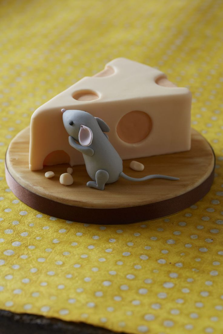 CHEEKY CHEESY CAKE WITH A FONDANT MOUSE. FIND OUT MORE WITH CAKE DECORATING.