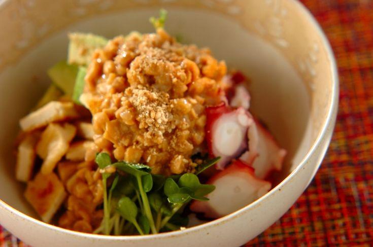 マヨネーズを加えクリーミーに仕上げた納豆ドレッシングは、タコとの相性抜群です。タコの納豆サラダ/森岡 恵のレシピ。[和食/サラダ・おひたし]2017.02.16公開のレシピです。