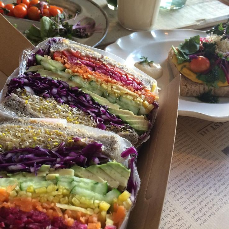 いま人気急上昇の「レインボーフード」。中でも「レインボーサンド」がInstagramで注目を集めています。食用色素を使ったものから、野菜の色だけで虹色を表現しているものまでさまざまです。きっと野菜が苦手なお子さまももりもり食べてくれますよ!
