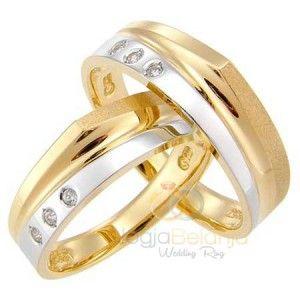 Cincin Kawin Anjani menawarkan kombinasi yang lengkap dari kreasi cincin kawin. Bahan perak 925 yang digunakan pas untuk dijadikan pilihan oleh anda pasangan muslim. Lapis warna emas kuning dan perak menjadi paduan yang cantik yang membagi permukaan cincin menjadi dua bagian. Bagian atas cincin berb