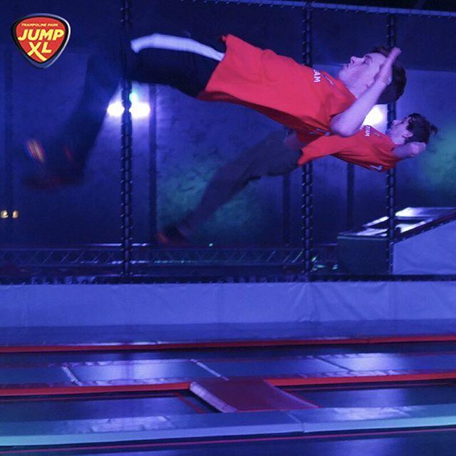 Doe jij het ze na? Probeer het samen met je beste vriend(in) uit in onze Jump XL arena!    #jumpxl #jumpxlwaalwijk #waalwijk #trampolinepark #stunt