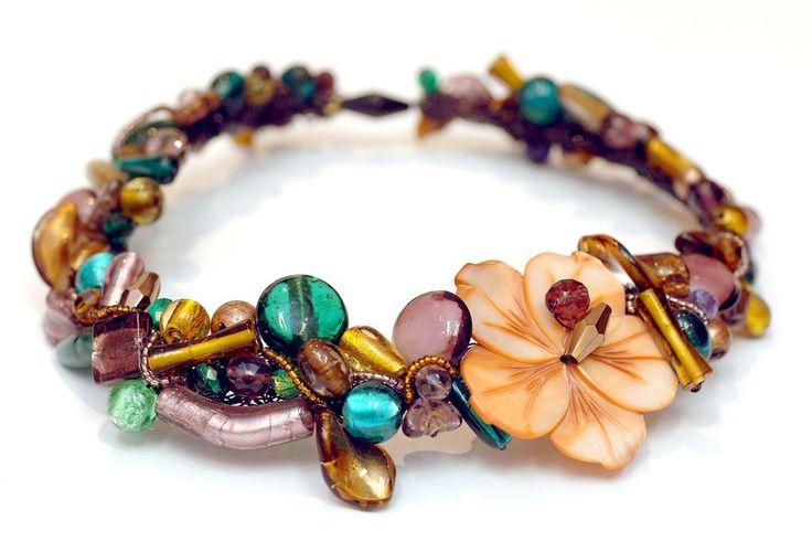 Taranta es una tienda/taller que ofrece una gran variedad de piedras naturales y abalorios (para montar tus propias joyas) además de una vasta colección de complementos artesanales de gran calidad y diseño.