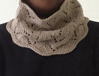 If you like cowls, but are looking for something quick and easy to make, then this just might be the pattern you're looking for! With one skein of yarn (minimum 200 yards), this cowl or neck warmer can be made over just one weekend and ready to wear on Sunday or Monday to show off your work. Free Ravelry pattern.
