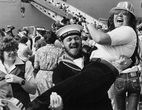 Autor: David M. Rice Evans Año: 1982 Localización: Reino Unido Julio-agosto, Portsmouth y Southampton. Las familias y amigos en el muelle saludando a sus seres queridos, tras regresar del conflicto de las Malvinas.  Esta es una fotografía impresionante, que refleja claramente la alegría que, tanto las parejas como las familias, sentían al ver bajar del barco a quien tanto tiempo llevaban esperando. Gran Bretaña consiguió ganar la guerra de las Malvinas, que acabó con la vida de 900…