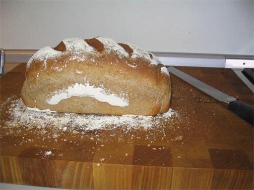Bruinbrood met mooie poederlaag op de korst