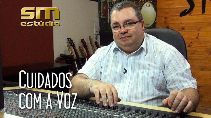 """Neste episódio da série """"Gravando o seu CD"""", o produtor Antonio Mícoli fala sobre os cuidados e dá dicas para você cuidar da sua voz. Participação dos cantores Chico Amado, Val Nunes e Victor Hugo."""